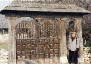 2001 sculptorul Nicapetre in poarta casei lui Constantin Brancusi, din Hobita